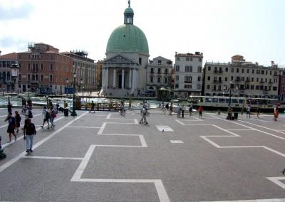 Cubetti in porfido del Trentino posati ad archi contrastanti -  Stazione Venezia