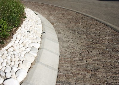 Rotatoria stradale con smolleri di porfido in linea