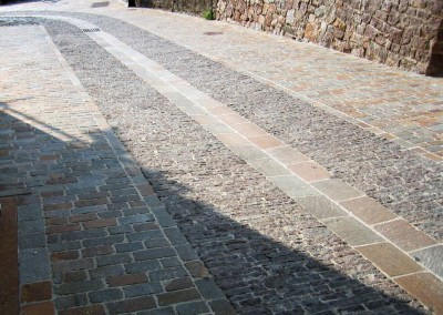 Vehicle ramp in porphyry coarse tiles