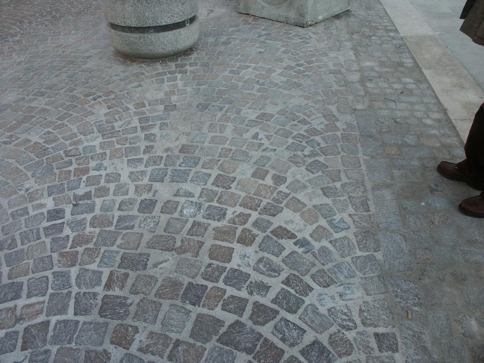 Posa in opera di porfido per il pavimento ad archi contrastanti con materiale di pessima qualità: sviluppo archi random con negazione regole per la posa in corrispondenza dei lati di contenimento