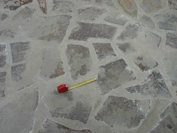 Pavimentazione in lastre irregolari impresentabile sotto ogni singolo aspetto costruttivo