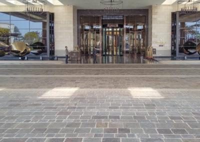 Hotel mit Bodenplatten Kanten gespalten