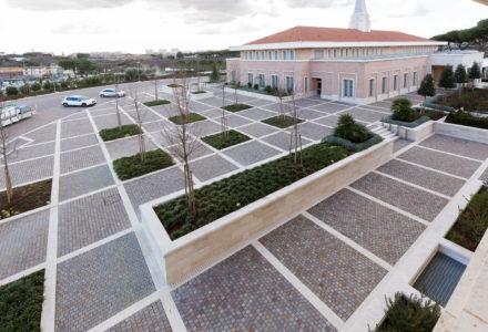 Cubes en porphyre disposés en rangées parallèles pour le temple mormon construit à Rome