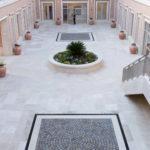 Temple de Rome - cour intérieure avec travertin et pavés en porphyre du Trentin