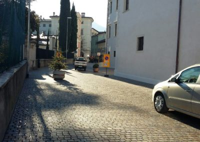 Appiano strada pavimentata in cubetti sigillati con resina poliuretanica
